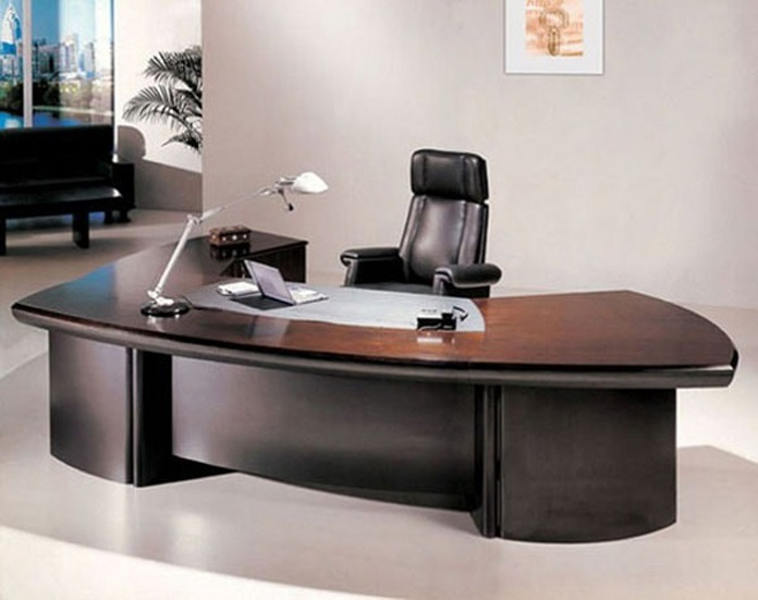 Nên đặt bàn làm việc quay ra cửa nhưng không đặt đối diện cửa ra vào