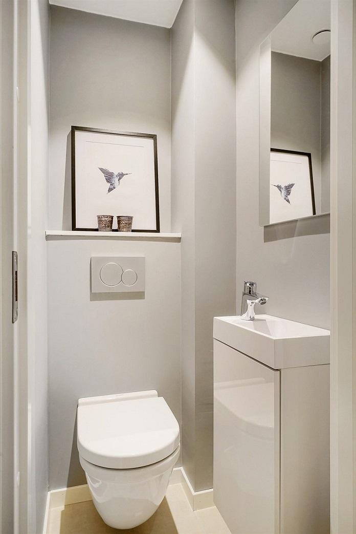Nhà vệ sinh dưới gầm cầu thang có diện tích hẹp nhưng thiết kế đầy sang trọng và hiện đại