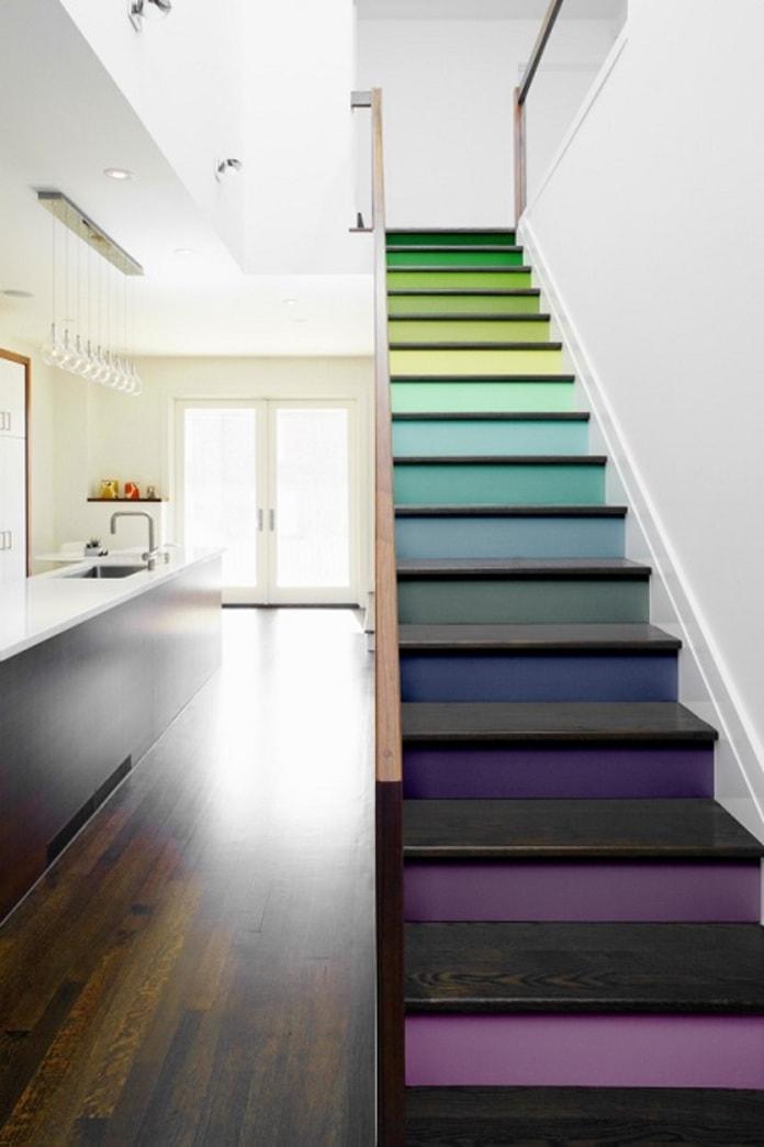 Cầu thang được thiết kế với nhiều màu sắc khác nhau