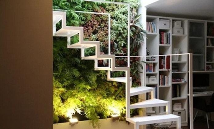 Thiết kế cầu thang bằng kim loại kết hợp vườn và kệ sách