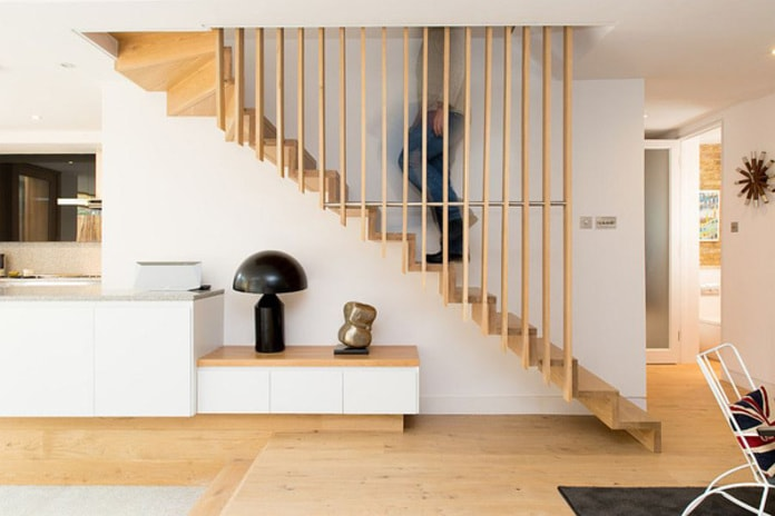 Thiết kế cầu thang gỗ đơn giản, vách ngăn chính là tay vịn