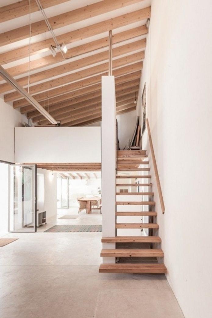 Thiết kế cầu thang nhà hẹp với tường bao thấp