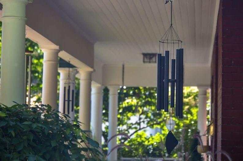 Treo chuông gió phong thủy trước cửa nhà như thế nào?